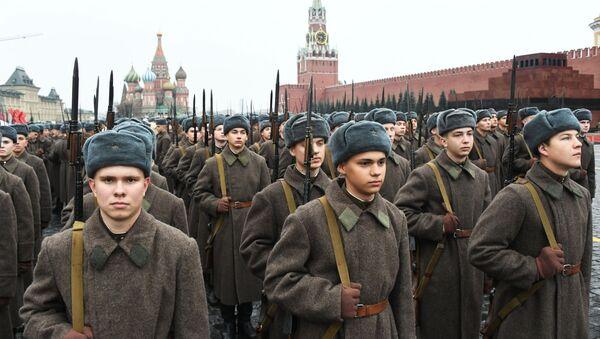 Vojáci v sovětské uniformě během generální zkoušky pochodu věnovanému 78. výročí vojenské přehlídky z roku 1941 na Rudém náměstí  - Sputnik Česká republika