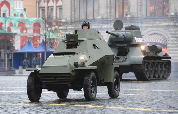 Sovětská obrněná vozidla na zkoušce pochodu věnovanému 78. výročí vojenské přehlídky z roku 1941 na Rudém náměstí - Sputnik Česká republika