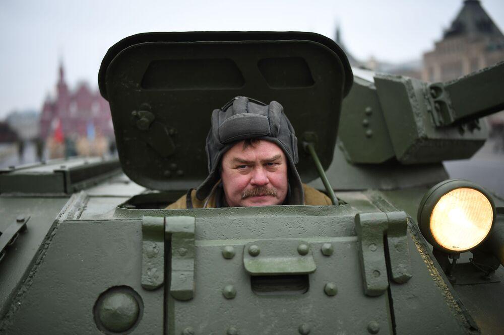 Muž v sovětské uniformě vykukuje z tanku během generální zkoušky pochodu věnovanému 78. výročí vojenské přehlídky z roku 1941 na Rudém náměstí