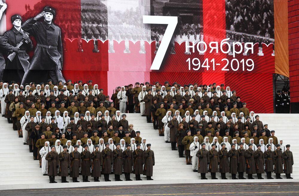 Vojáci různých typů vojsk během generální zkoušky pochodu věnovanému 78. výročí vojenské přehlídky z roku 1941 na Rudém náměstí