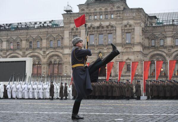 Voják na stráži během generální zkoušky pochodu věnovanému 78. výročí vojenské přehlídky z roku 1941 na Rudém náměstí - Sputnik Česká republika
