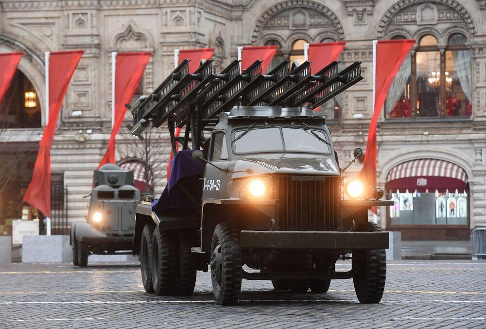 Legendární Kaťuša během generální zkoušky pochodu věnovanému 78. výročí vojenské přehlídky z roku 1941 na Rudém náměstí