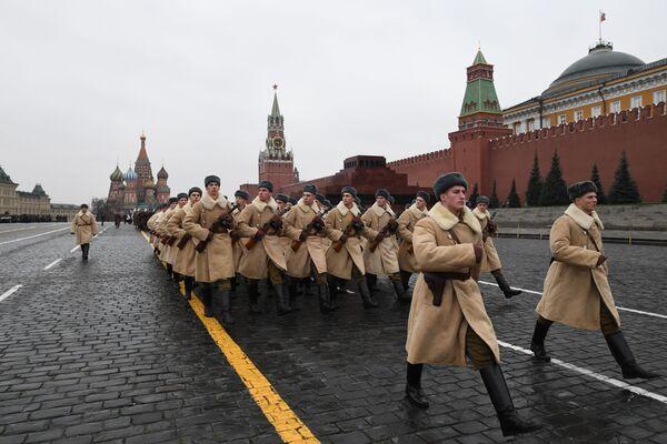 Vojáci v zimní uniformě během generální zkoušky pochodu věnovanému 78. výročí vojenské přehlídky z roku 1941 na Rudém náměstí - Sputnik Česká republika
