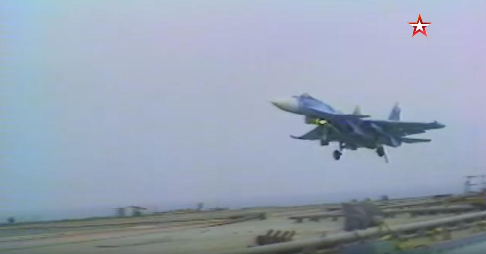 Video: Unikátní historické záběry. První přistání ruského stíhacího letounu Su-27K na palubu letadlové lodi