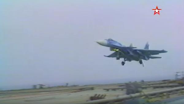 Video: Unikátní historické záběry. První přistání ruského stíhacího letounu Su-27K na palubu letadlové lodi - Sputnik Česká republika