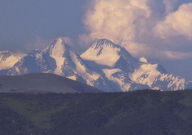 Hora Bělucha na hranici Kazachstánu a Ruska