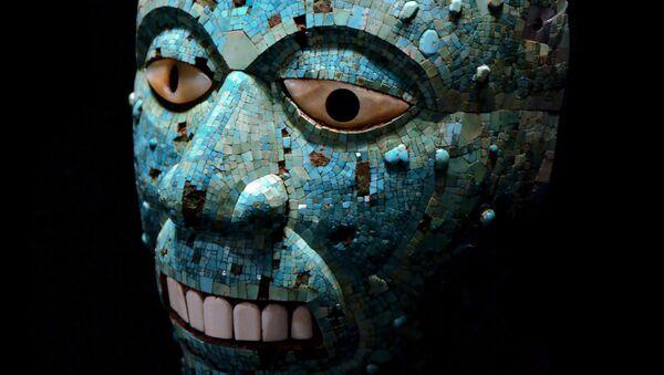 Tyrkysová mozaická maska boha ohně Xiuhtecuhtli, která ke k vidění v Britském muzeu - Sputnik Česká republika