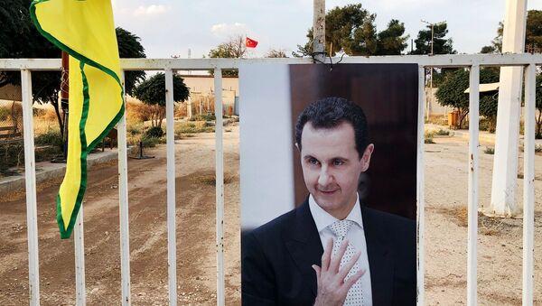 Fotografie syrského prezidenta Bašára Asada na syrsko-turecké hranici - Sputnik Česká republika