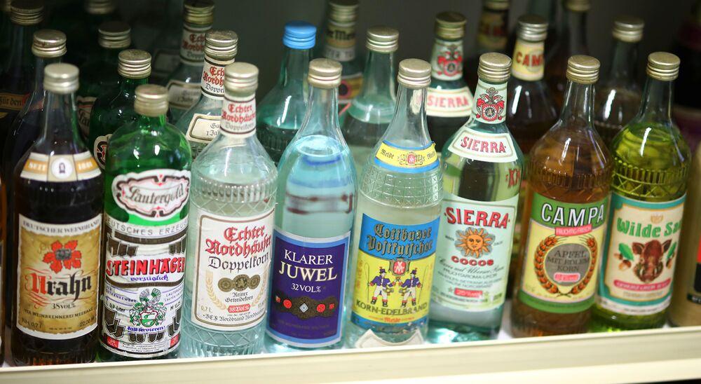 Exponát alkoholických nápojů v Muzeu NDR v Pirnu, Německo