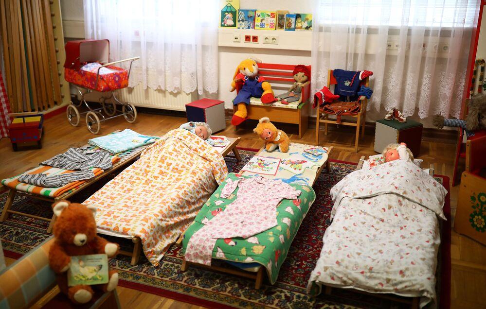 Ložnice v mateřské školce. Muzeum NDR v Pirnu, Německo