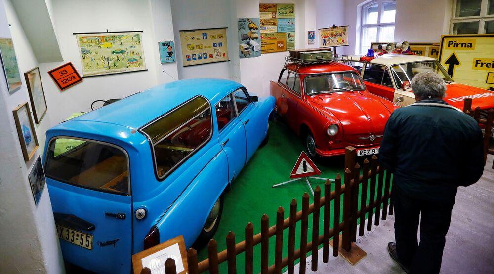 Návštěvník si prohlíží auta v Muzeu NDR v Pirnu, Německo