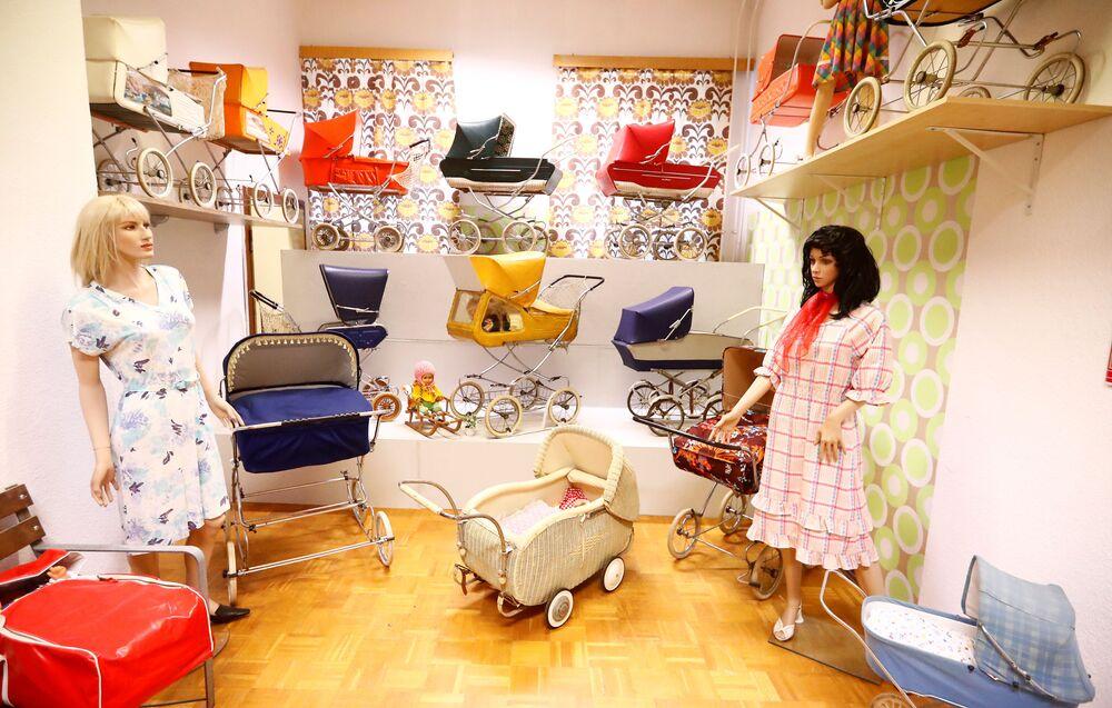 Prostory obchodu s dětským zbožím v NDR. Muzeum NDR v Pirnu, Německo