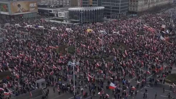 Nacionalisté pochodují ve Varšavě v Den nezávislosti Polska  - Sputnik Česká republika