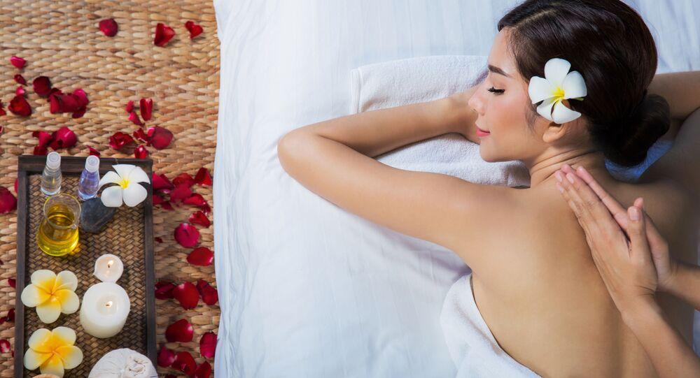 Dívka relaxuje ve spa salonu