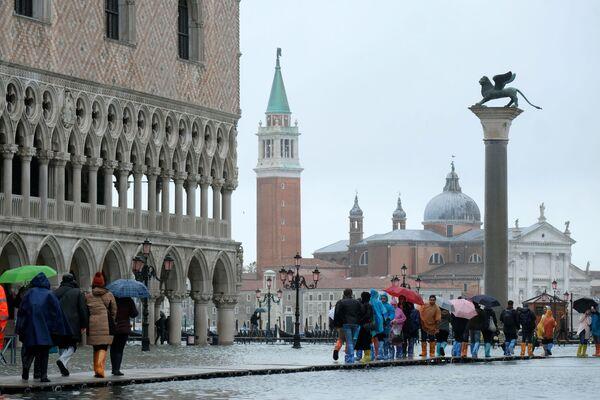 Turisté na náměstí svatého Marka v Benátkách během povodně - Sputnik Česká republika