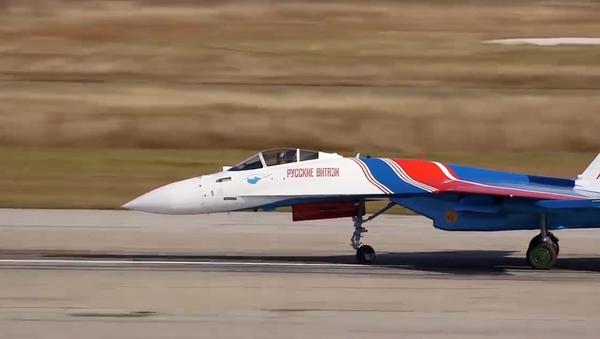 Ruské letectvo testuje manévrovatelnost nejnovější stíhačky Su-35S. Podle USA je jedním z nejlepších ruských letadel  - Sputnik Česká republika