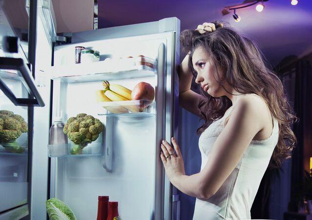 Dívka u ledničky. Ilustrační foto