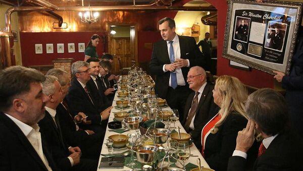 Andrej Danko daruje Miloši Zemanovi vlastnoručně napsaný dopis Winstonem Churchillem - Sputnik Česká republika