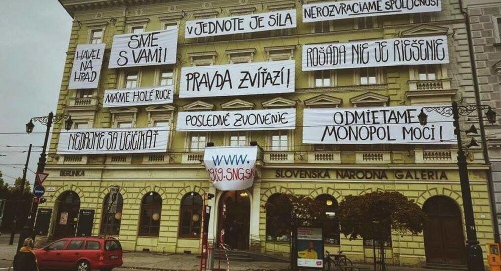 Na budove Slovenskej národnej galérie sa objavili revolučné heslá z roku 1989