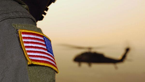 Americká vlajka a vrtulník UH-60A Black Hawk - Sputnik Česká republika