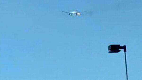 Na internetu se dnes objevilo video s Boeingem 777 společnosti Philippine Airlines, který začal hořet po vzletu z Los Angeles.  - Sputnik Česká republika