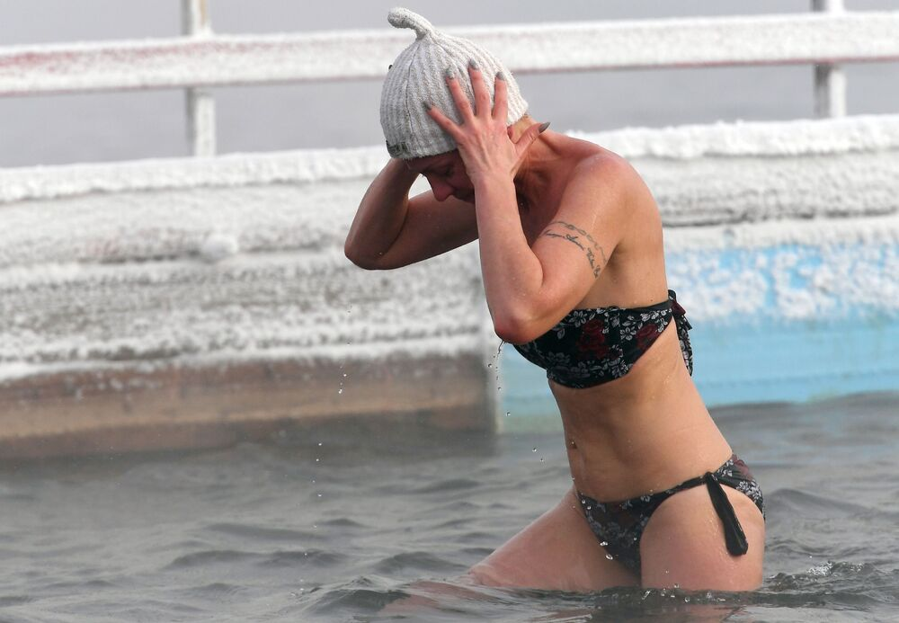 Členka Centra zimního plavaní Megapolis během tréninku v řece Jenisej. Teplota je 20 stupňů pod nulou