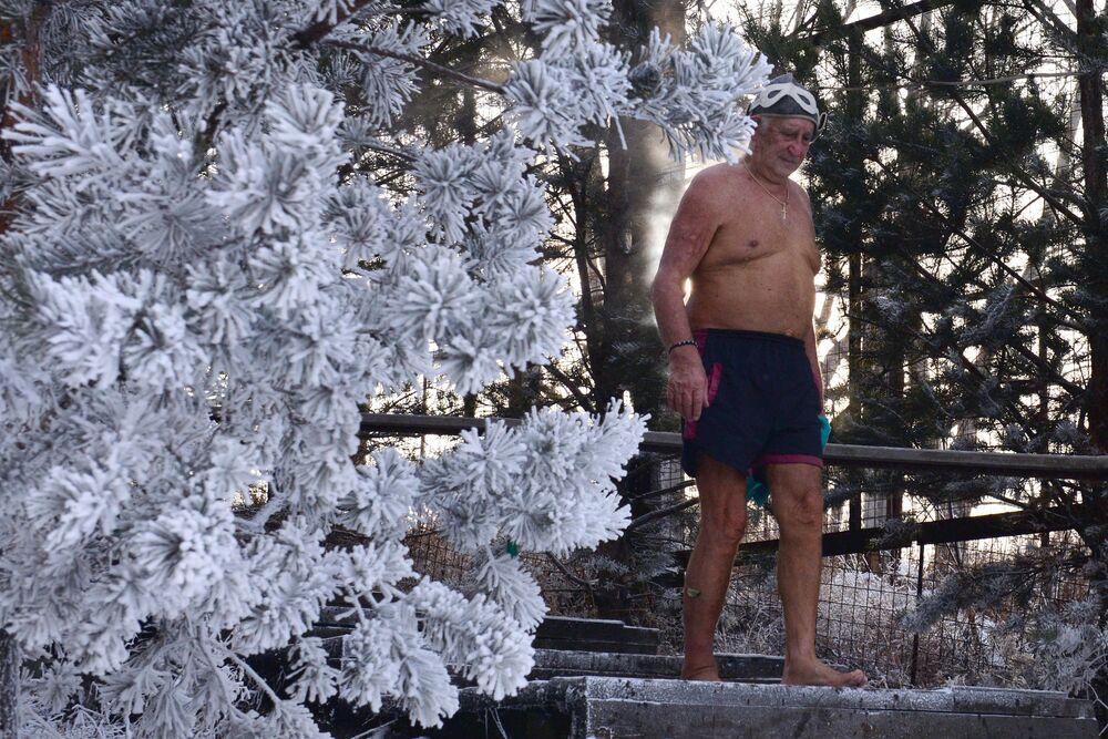 Člen/ka Centra zimního plavaní Kriofil během tréninku v řece Jenisej. Teplota je 20 stupňů pod nulou