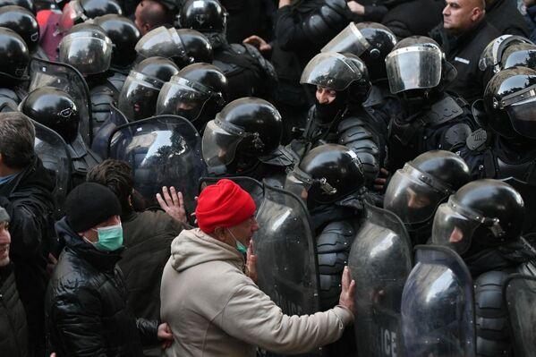 Příslušníci gruzínských jednotek rychlého nasazení na akci opozice vedle budovy gruzínského parlamentu. - Sputnik Česká republika