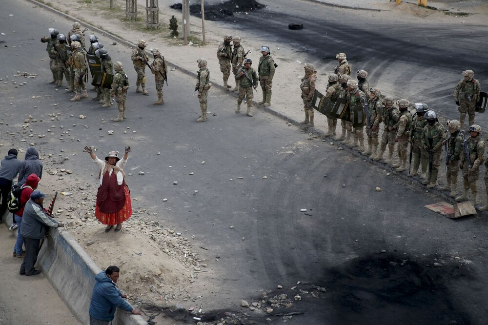 Stoupenci bývalého bolivijského prezidenta Eva Moralese stojí vedle vojáků.