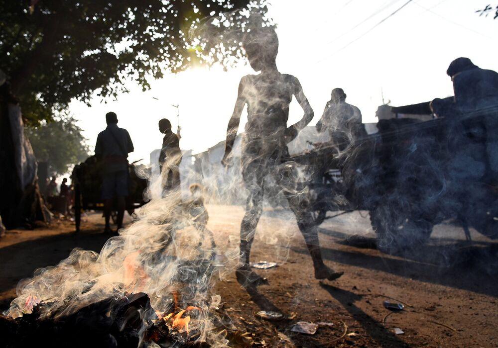 Lidé jdou kolem odpadků v indické Kalkatě.
