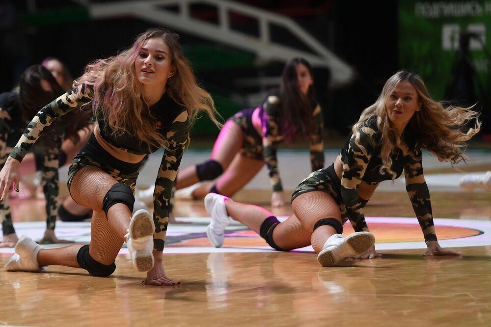 Roztleskávačky na basketbalovém zápasu v Rusku.