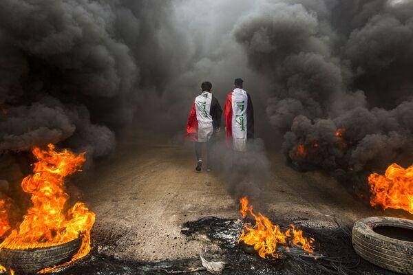 Účastníci protestů s iráckými vlajkami. - Sputnik Česká republika