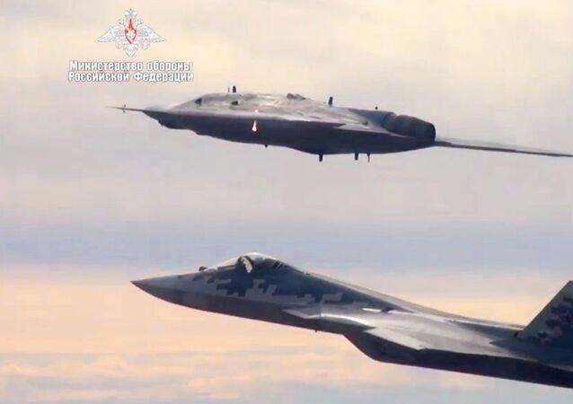 Společný let ruského letounu Su-57 a bezpilotního letounu Ochotnik (Lovec). Oba letounu jsou vybaveny technologií stealth, která snižuje viditelnost na nepřátelských radarech.