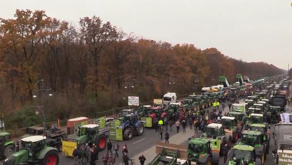 Traktorový pochod. Tisíce farmářů protestovalo v centru Berlína proti zemědělské politice vlády  - Sputnik Česká republika