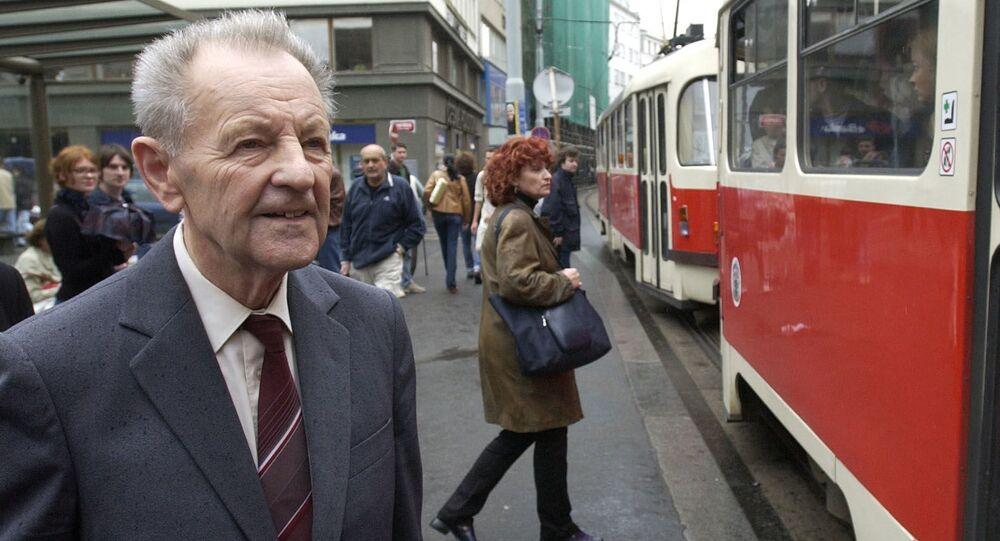 Československý politik a šéf KSČ Miloš Jakeš v roce 2002 čeká na tramvaj poté, co ho městský soud zprostil v obvinění z vlastizrady kvůli jeho roli v době invaze vojsk Varšavské smlouvy do Československa.