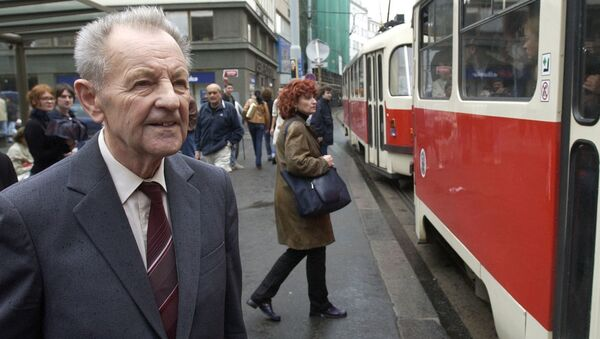 Československý politik a šéf KSČ Miloš Jakeš v roce 2002 čeká na tramvaj poté, co ho městský soud zprostil v obvinění z vlastizrady kvůli jeho roli v době invaze vojsk Varšavské smlouvy do Československa. - Sputnik Česká republika