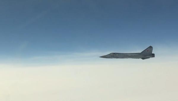 """Ruské stíhačky MiG-31 při značné oblačnosti jedním tahem vyhnaly """"narušitele"""" vzdušného prostoru - Sputnik Česká republika"""