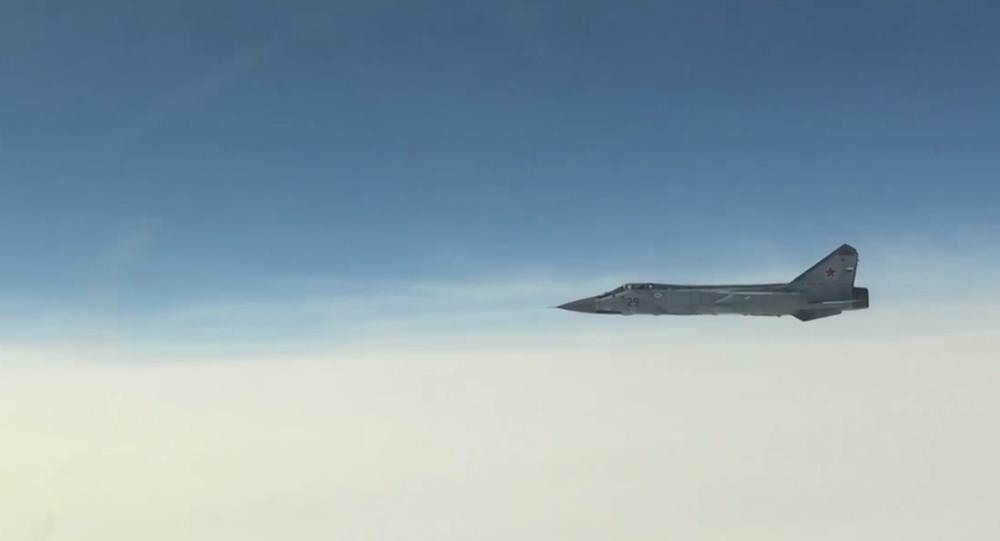 """Ruské stíhačky MiG-31 při značné oblačnosti jedním tahem vyhnaly """"narušitele"""" vzdušného prostoru"""