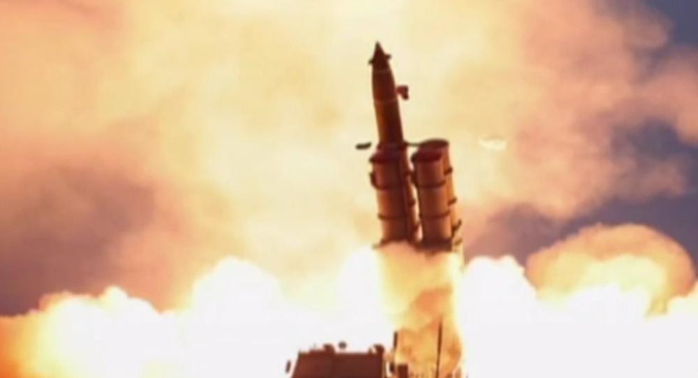 """Video: KLDR provedla test raketometu velké ráže.  Kim Čong-un a """"velká spokojenost"""""""