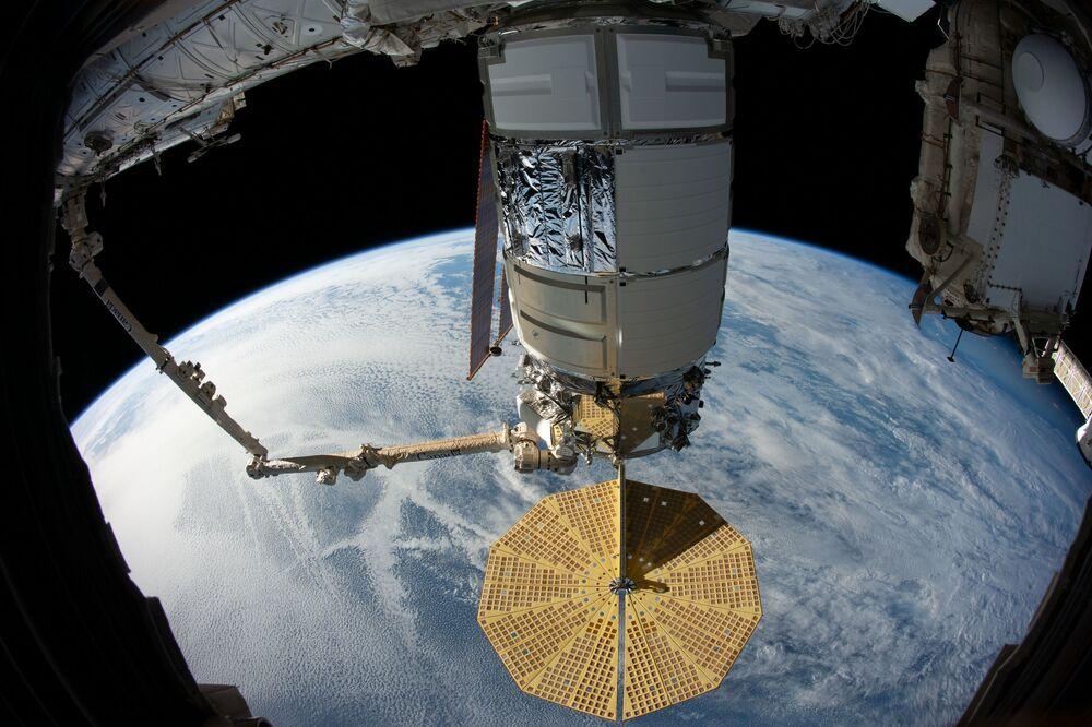 Americká loď Cygnus zachycená robotickou paží Canadarm 2