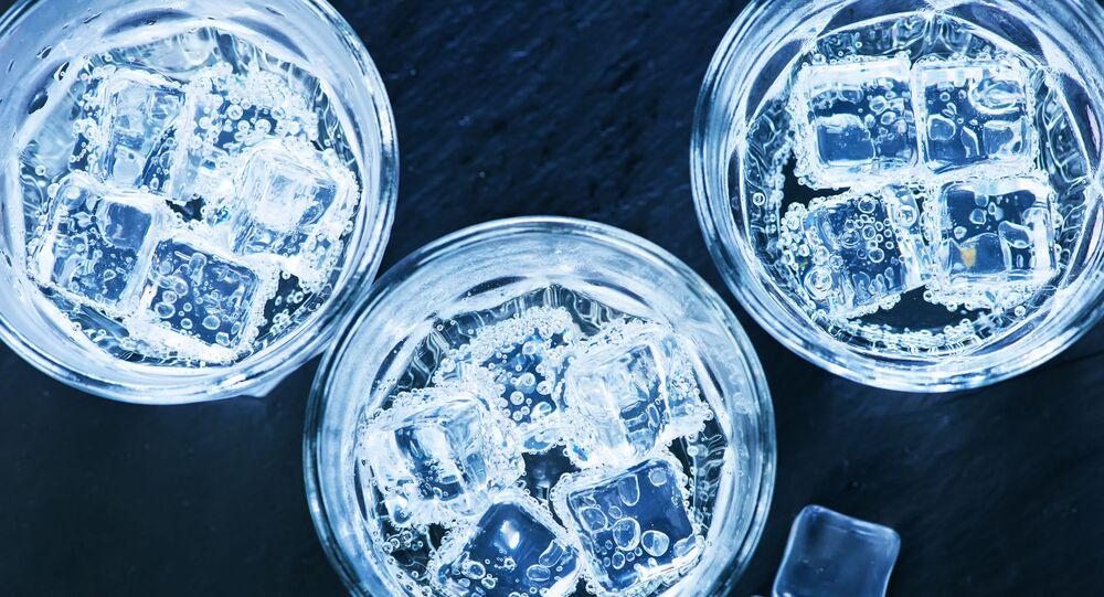 Studená voda s kostkami ledu ve sklenici. Ilustrační foto