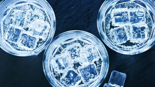 Studená voda s kostkami ledu ve sklenici. Ilustrační foto - Sputnik Česká republika