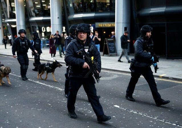 Policisté poblíž místa incidentu na London Bridge
