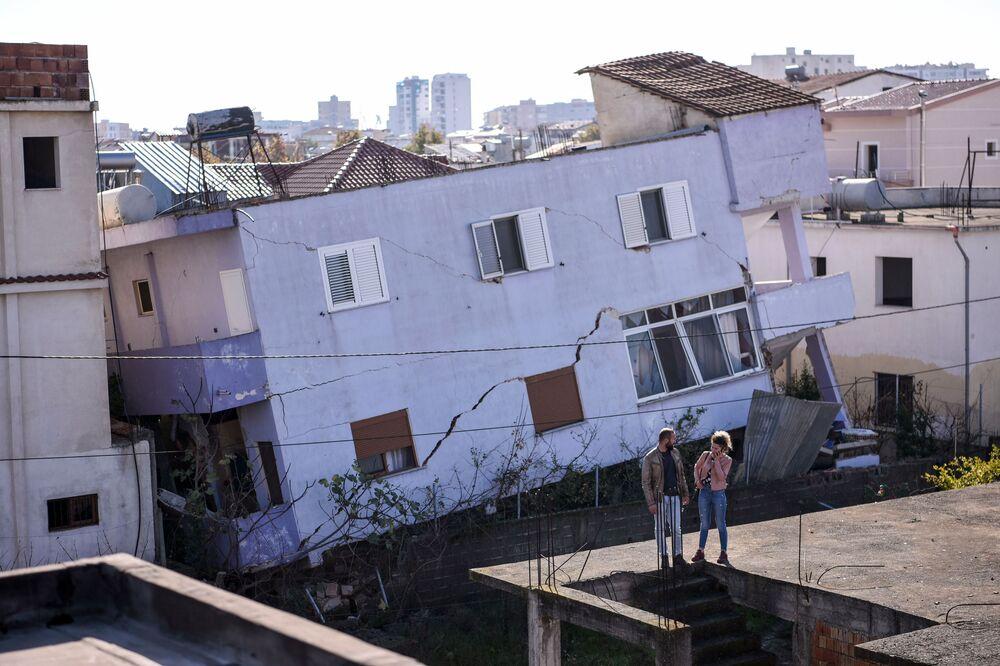 Zničená budova v albánském městě Durres po zemětřesení