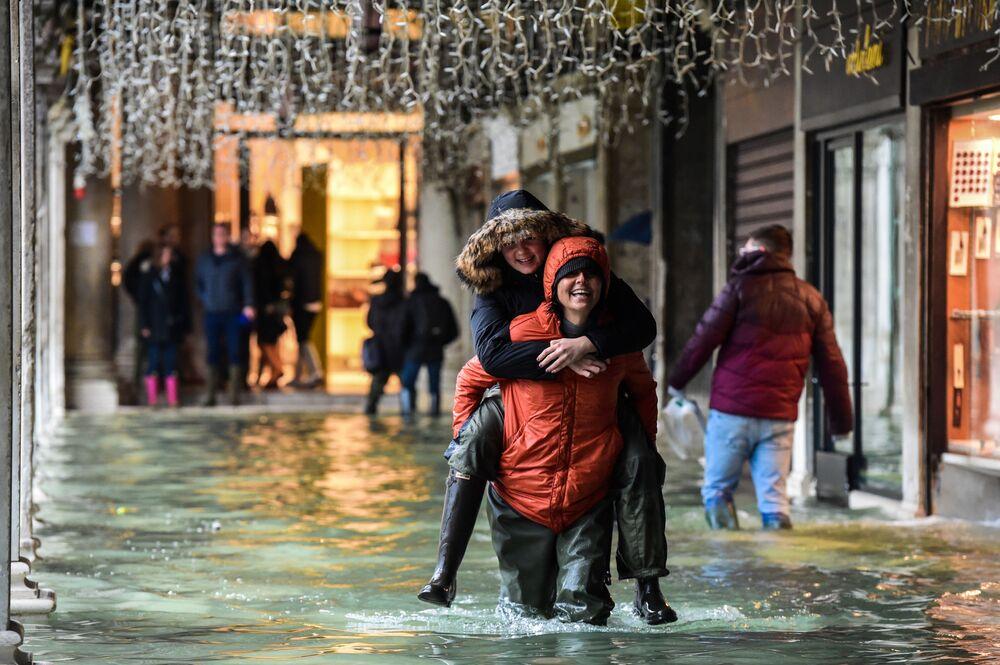 Turisté v Benátkách během povodní Aqua Alta
