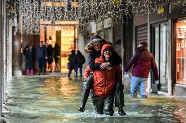 Turisté v Benátkách během povodní Aqua Alta - Sputnik Česká republika