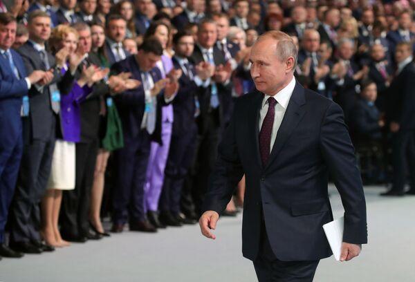 Ruský prezident Vladimir Putin a ruský premiér Dimitrij Medveděv se účastní kongresu strany Jednotné Rusko - Sputnik Česká republika