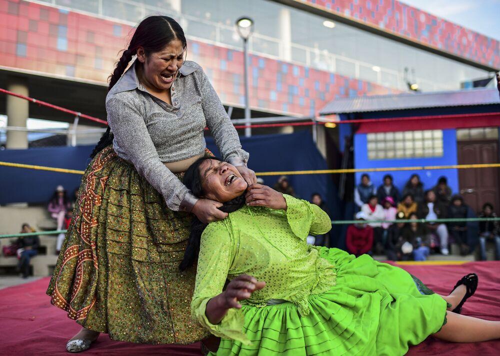 Bolivijská zápasnice Ana Louise Jura během boje s Lydií Floresovou v El Alto, Bolívie