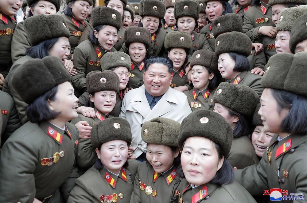 Lídr KLDR Kim Čong-un s ženskou divizí Korejské lidové armády