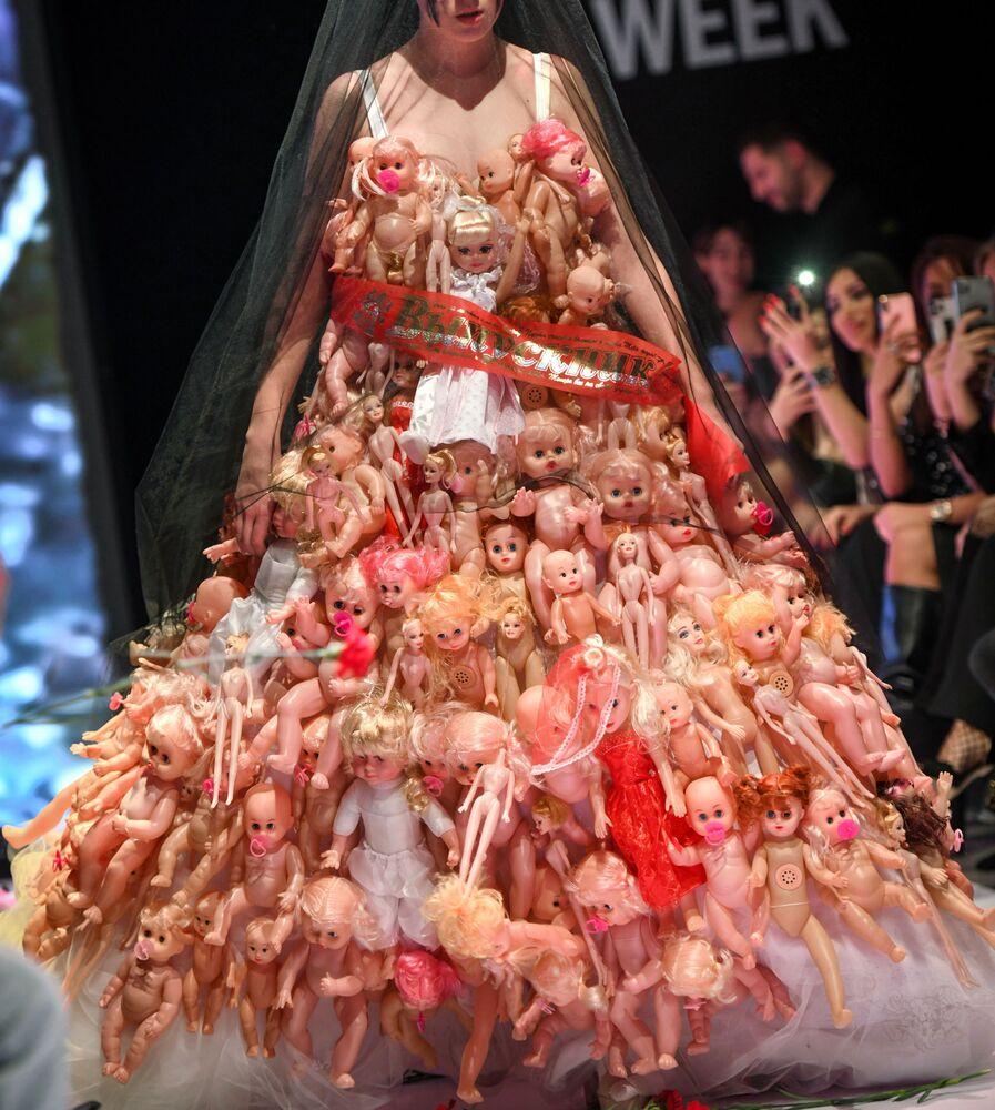 Model šatu ázerbájdžánského designera Scandar na módní přehlídce Azerbaijan Fashion Week